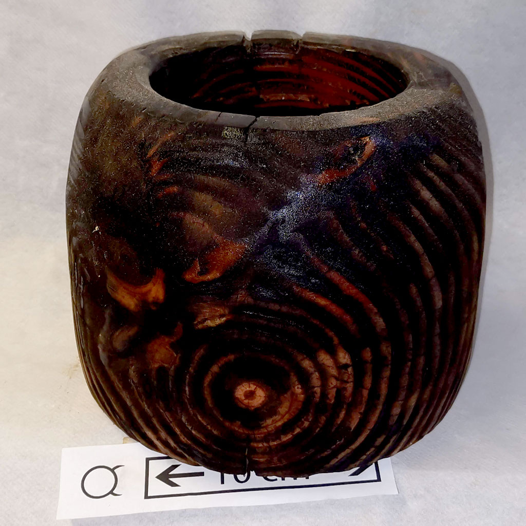 Pot en bois brulé